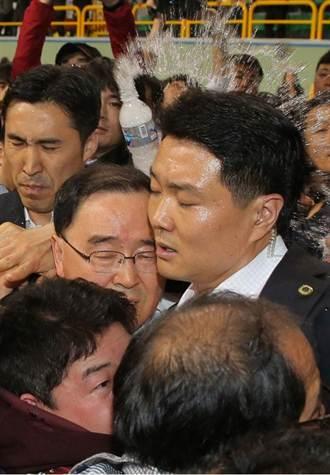 官員狼狽 韓國船難家屬 丟水瓶砸中總理