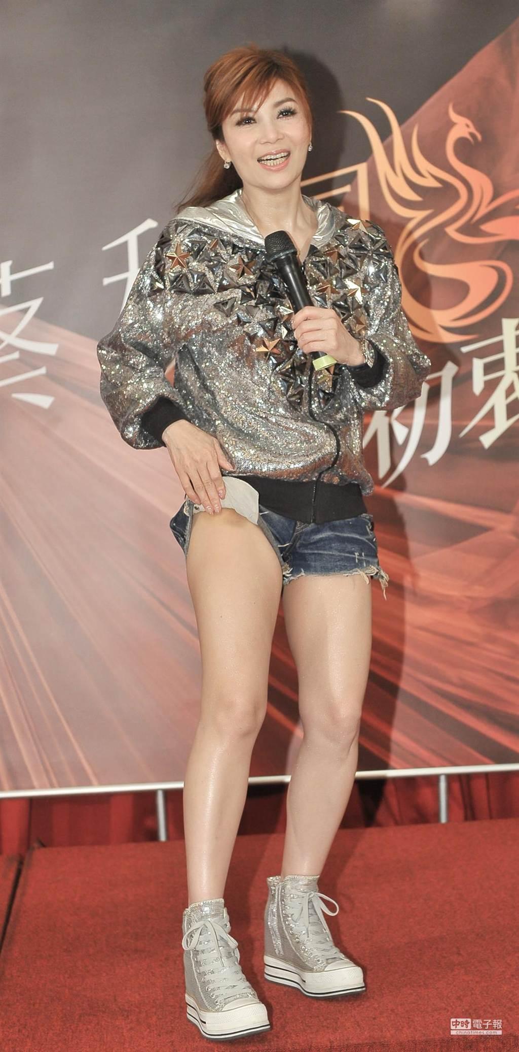 蔡秋鳳「初衷」演唱會慶功宴上,揭開短褲讓大家看看滿是瘀青的大腿。(盧禕祺攝)