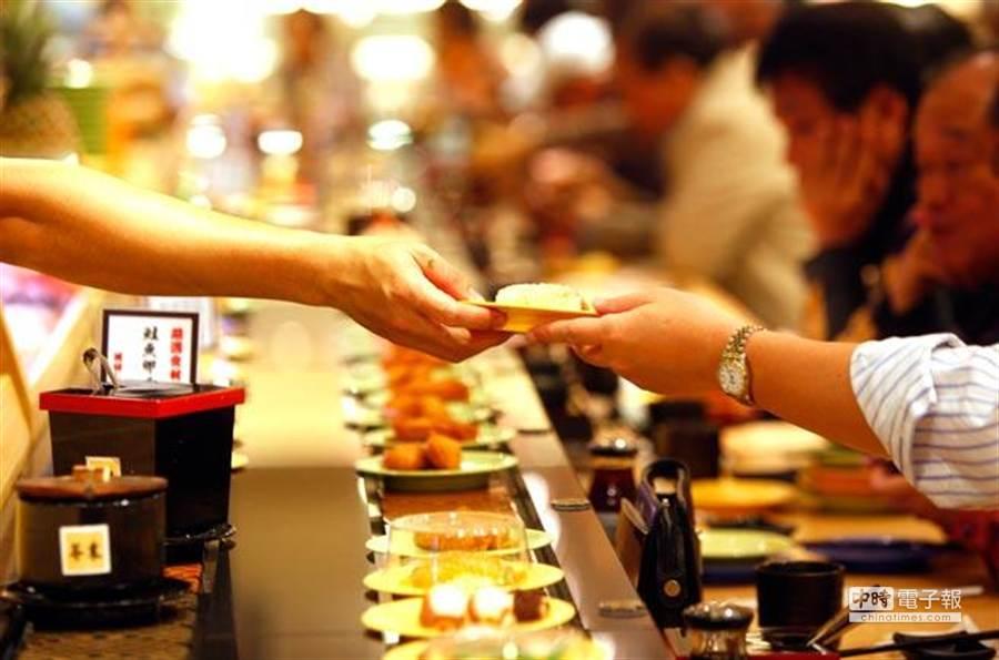 迴轉壽司店是日本民眾喜愛的約會場所。(報系資料照 陳志源攝)