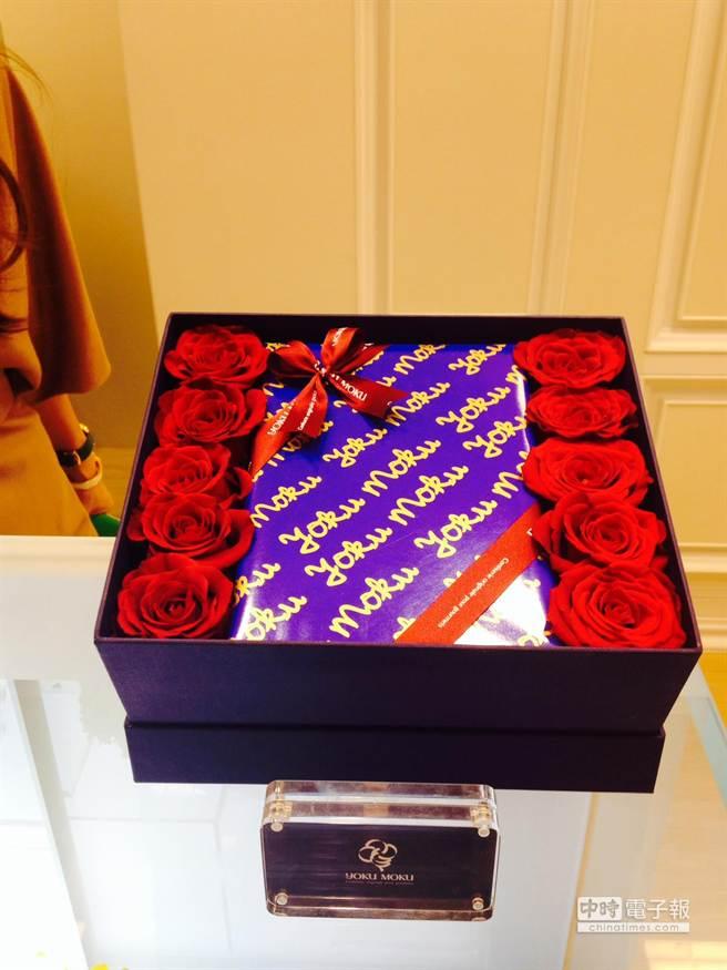 YOKU MOKU雪茄蛋捲玫瑰花禮,加了10朵紅色玫瑰花,一盒14入裝1180元。(郭家崴攝)