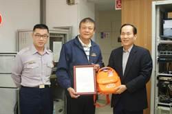 吳育舟捐贈警局AED 紀念母親