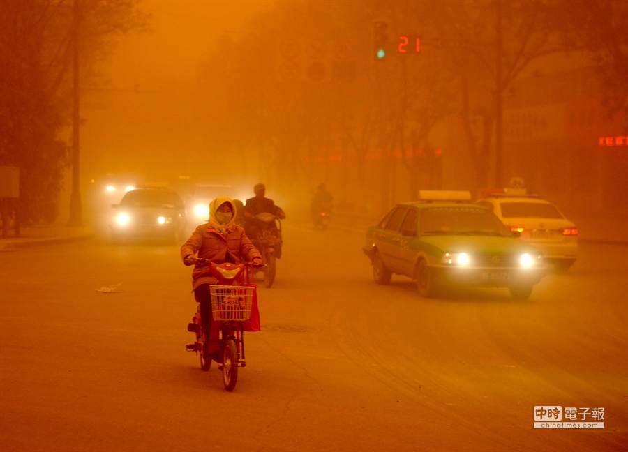 4月23日,沙塵暴中的敦煌街頭,當日甘肅省酒泉市的敦煌市、瓜州縣等地遭受特強沙塵暴襲擊,最小能見度不足20米,當日下午,酒泉市氣象臺發佈沙塵暴紅色預警信號。
