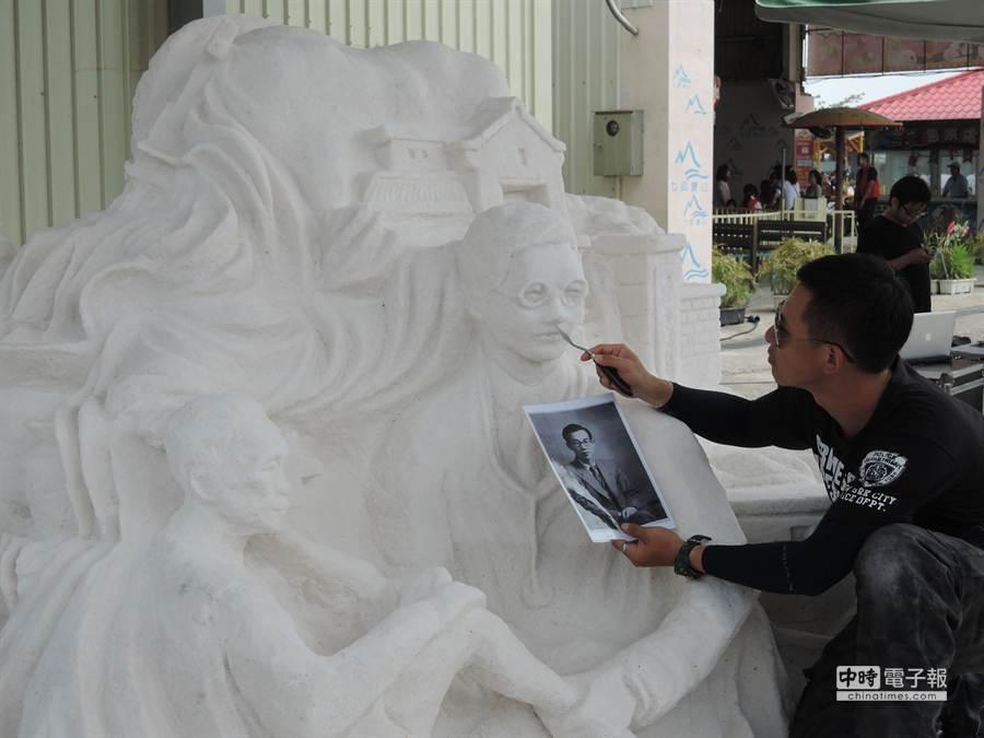 雲嘉南濱海國家風景區管理處請來藝術家在七股鹽山雕刻王金河鹽雕。(黃健誠攝)