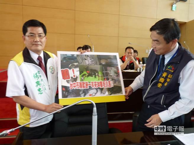 市議員楊典忠(左)出示忠勇路高鐵下方,捕獸鋏犬「小春」的照片,給副市長黃國榮看,問他有何感想。(陳世宗攝)