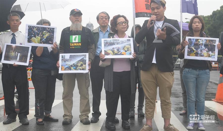 民間團體1日在凱道召開記者會,手拿著照片抗議4月28日凌晨警方執行驅離行動時暴力對待手無寸鐵的人民。(季志翔攝)