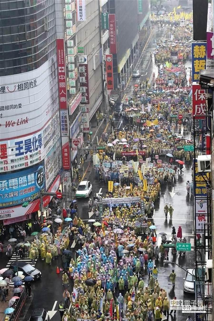 2014五一勞工「反低薪、禁派遣」遊行,民眾占滿館前路。(陳信翰攝)