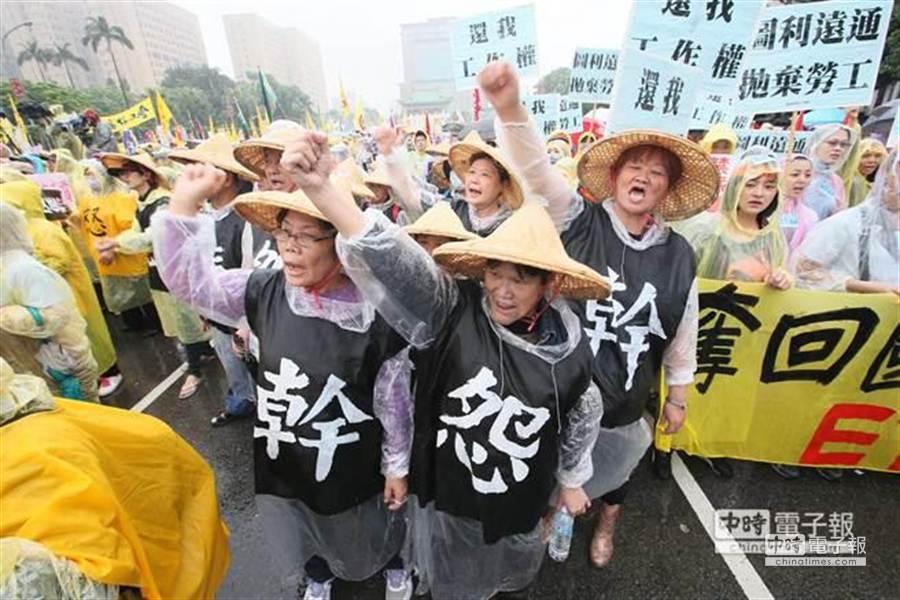 2014五一勞工「反低薪、禁派遣」大遊行號召萬人上街頭,由凱道出發抵達勞動部。 (陳信翰攝)