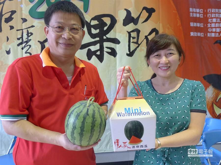 台南區農改場場長王仕賢(左)推薦迷你西瓜讓各界認識。(曹婷婷攝)