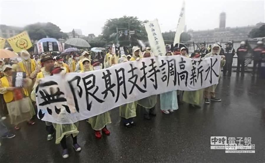 五一勞動節有上萬名勞工參與「反低薪、禁派遣」大遊行,大家冒雨從凱道出發,終點到勞動部。(張鎧乙攝)