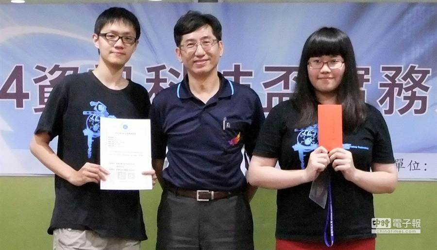 台南大學孫光天教授(中)指導楊惠文(右)、林暉騰(左)同學獲2014資訊科技盃實務競賽甲等獎。(黃文博攝)