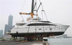 2014台灣國際遊艇展  遊艇船體吊上岸再陸運進場
