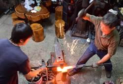 三少四壯集-鐵匠尼札姆和他的小舖