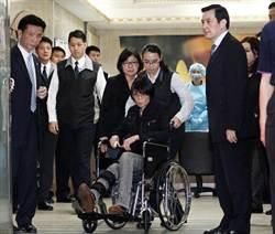 抵二殯看婆婆 周美青坐輪椅痛哭