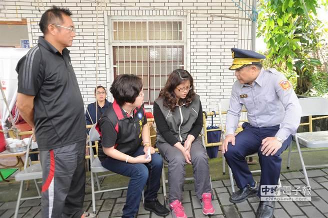 警察局長曾義瓊(右)慰問柯雄飛遺孀田梅花(右二)。(陳慶居攝)