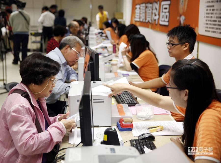 民眾可以前往國稅局調出稅務資料。(陳志源攝)