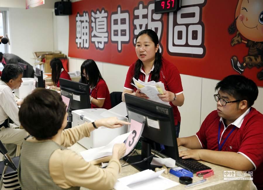 國稅局有工作人員協助民眾報稅。(陳志源攝)