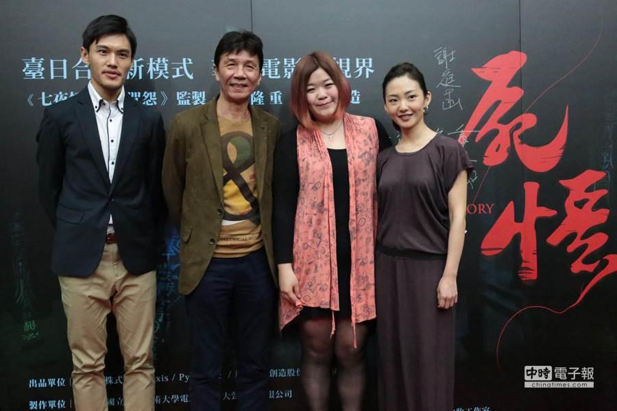 《屍憶》導演謝庭菡(右二)與片中主角洪健藏(左)、張嘉年(左二)及廖雅珺(右),昨一同出席開鏡儀式。(台藝大電影系提供)