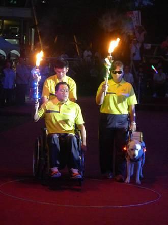 身障運動會 點聖火由導盲犬帶路