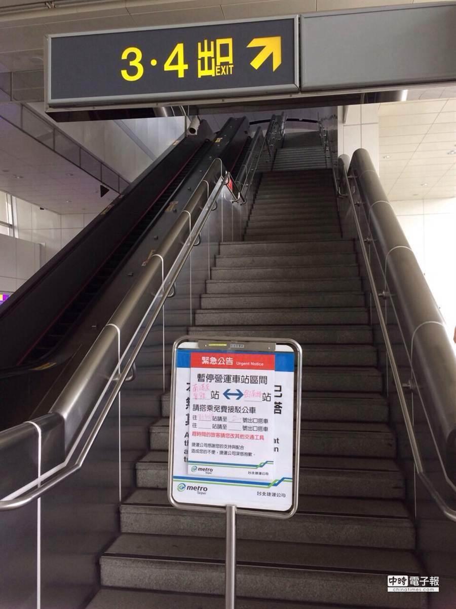 北捷文湖線清晨突槌,目前南港展覧館站到劍南路站暫停營運。(張立勳攝)
