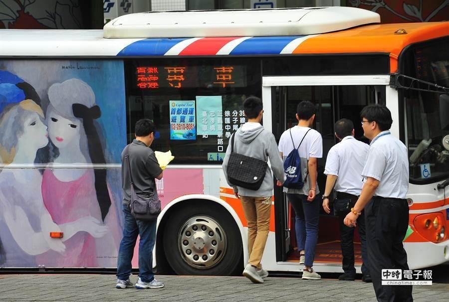 文湖線今早僅能從動物園站行駛至劍南路站,欲前往南港展覽館方向的旅客只能無奈出站,轉搭乘接駁公車。(劉宗龍攝)