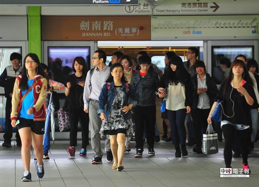 文湖線今早僅能從動物園站行駛至劍南路站,欲前往南港展覽館方向的旅客只能轉搭乘接駁公車。(劉宗龍攝)