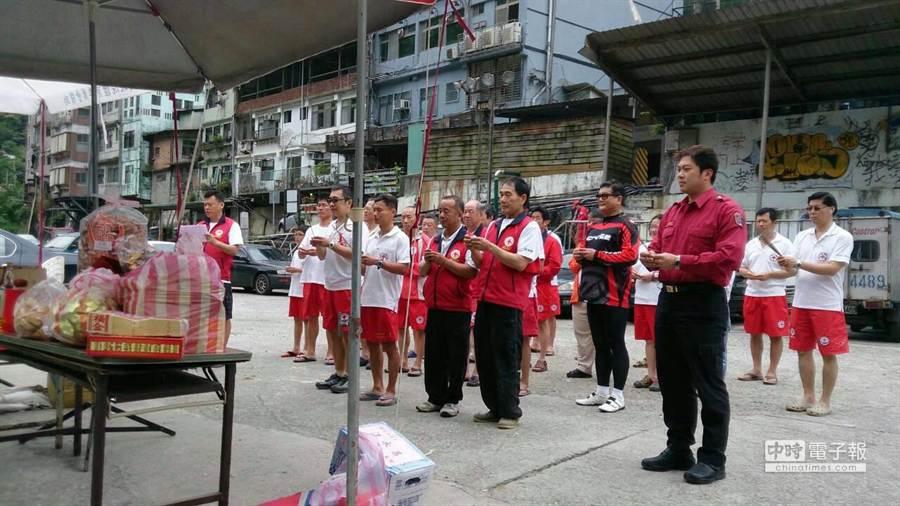 新北市烏來消防分隊與紅十字會中和救生隊祭拜神明,祈求烏來地區不再發生民眾溺水意外。(新北市消防局提供)