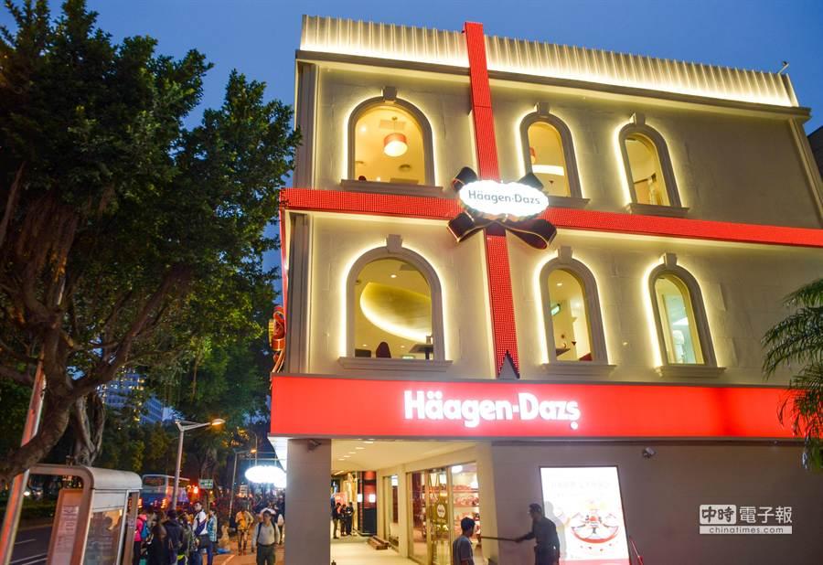 哈根達斯敦南旗艦店的外觀以大型禮物盒為概念。(哈根達斯提供)