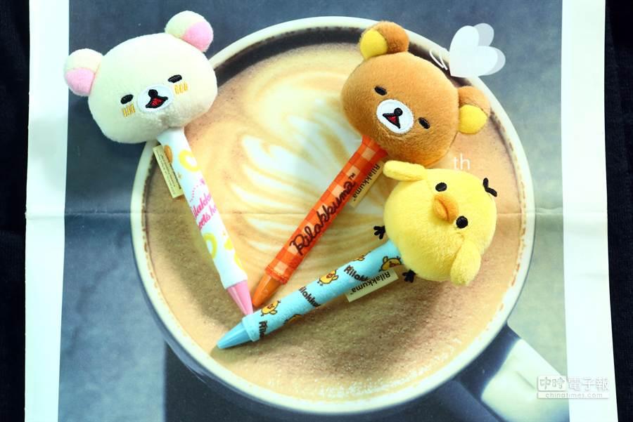 3.5月14日~6月10日,一次購買2杯中杯以上CITY CAFE可加價50元買限量拉拉熊大頭絨毛筆1支,全套共8款。(鄧博仁攝)