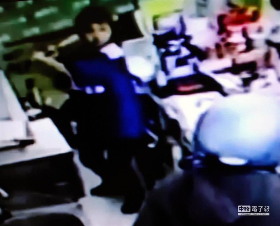女店員拿球棒猛K歹徒反抗。(吳江泉翻攝)
