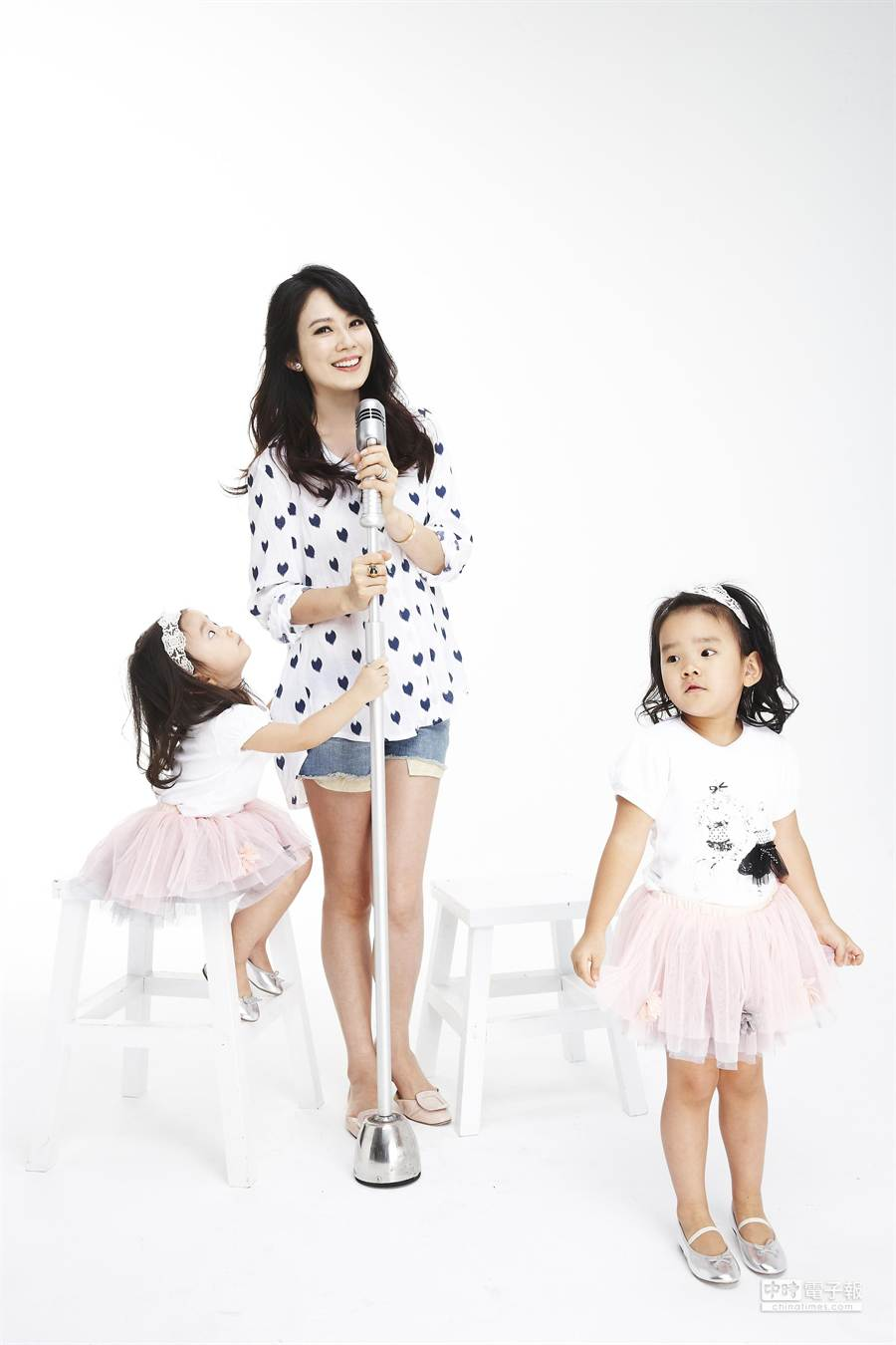 Melody(中)和兩個女兒一起合唱錄單曲。(豐華提供)