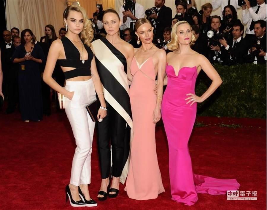2014時尚奧斯卡眾星雲集,超模卡拉迪瓦伊(左一)、女星凱特博斯沃斯(右二)、瑞絲薇斯朋(右一)穿設計師斯特拉麥卡特尼(左二)禮服現身紅毯。(美聯社)