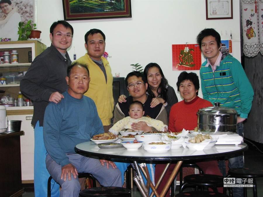 交通大學光電所博士生梁辛瑋(左一)全家人在貧困中仍展現「父母慈、子女孝」的精神,6日獲頒教育部103年全國慈孝家庭楷模。(黃筱珮翻攝)