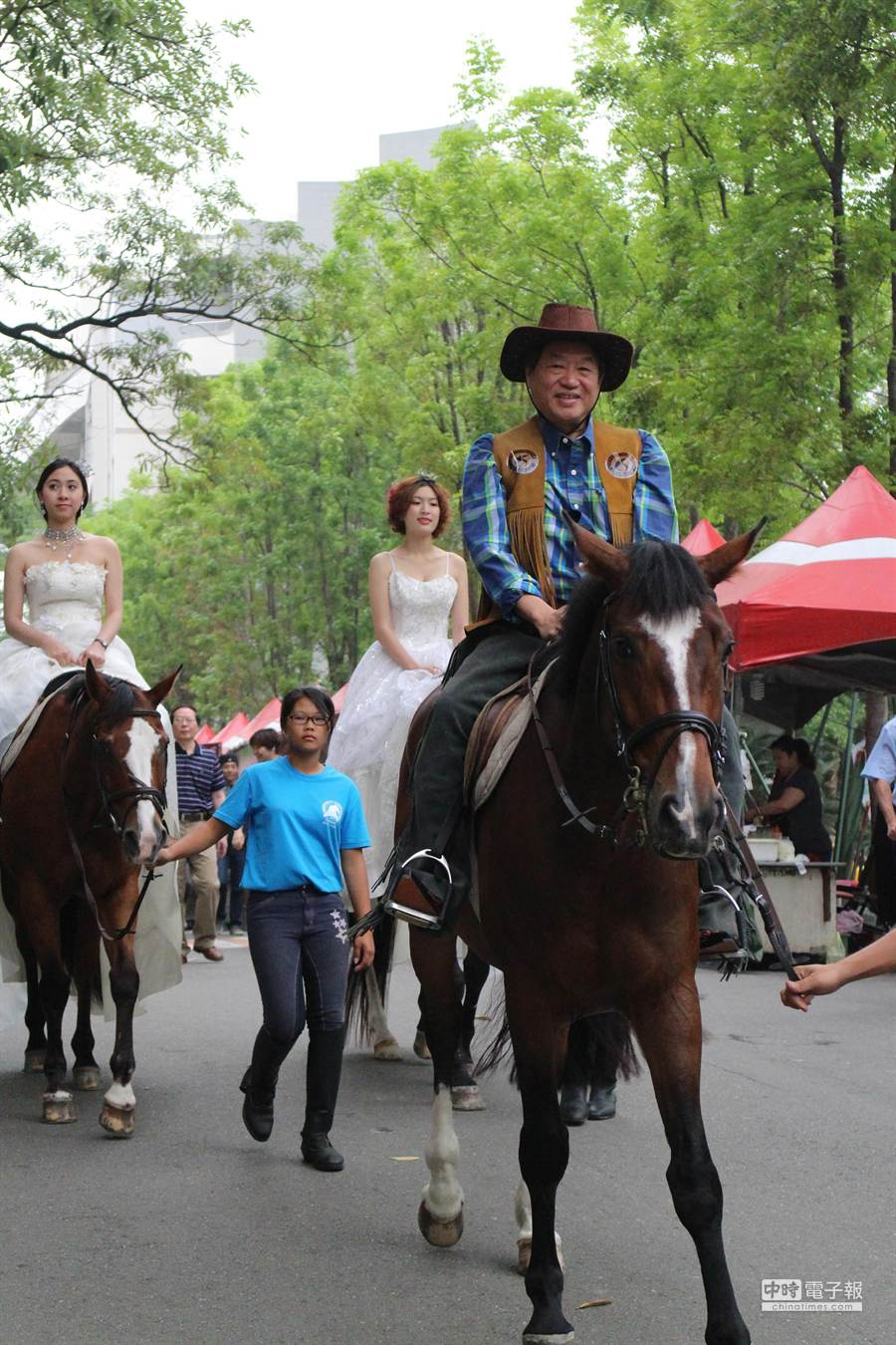 正修科大校長龔瑞璋今天騎馬,預祝學生「馬」上成功。(連冠寧攝)