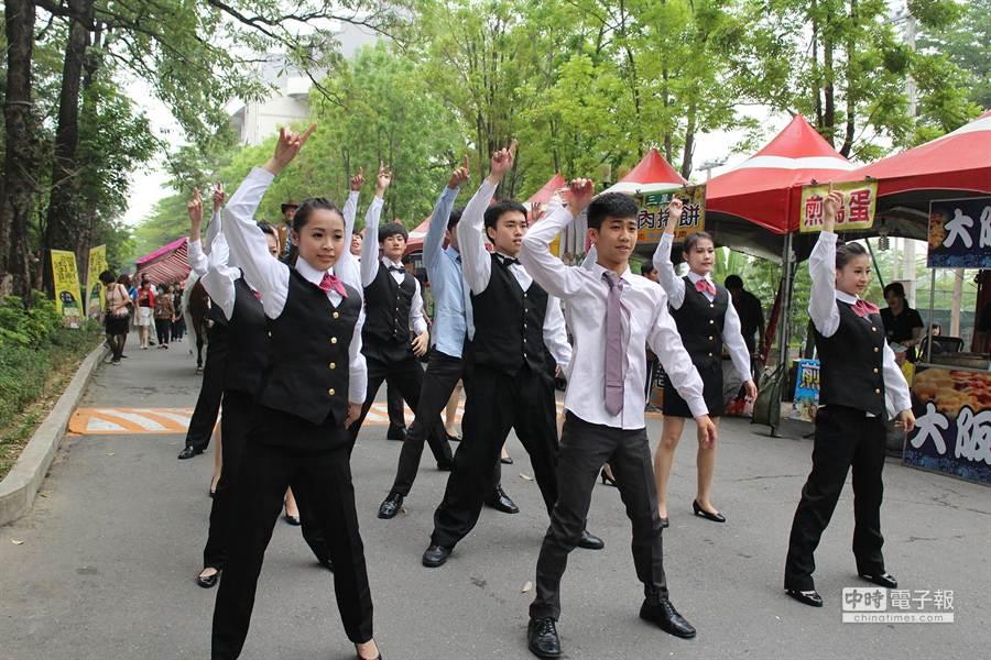 正修科大就博會今天登場,學生展現活力熱舞。(連冠寧攝)