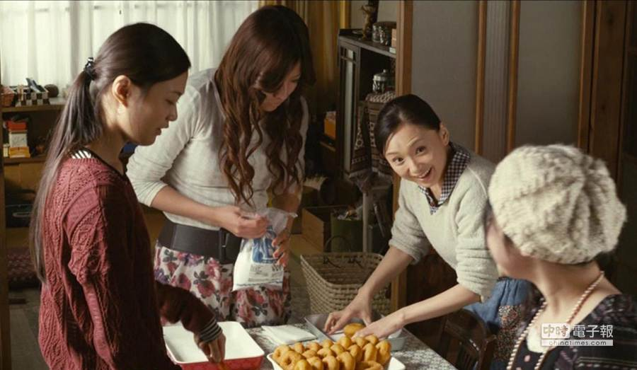 為了四九狂歡宴,永作博美在劇中準備日本炸甜甜圈宴客。(前景娛樂提供)