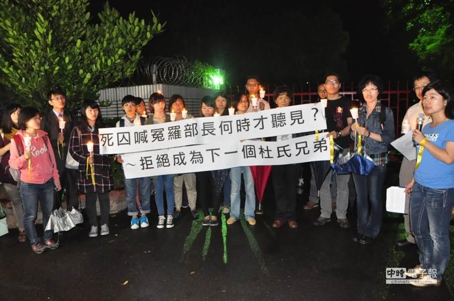 廢死聯盟等30餘人今晚在台南監獄門口點燭火,替杜氏兄弟等死囚喊冤。(曹婷婷攝)