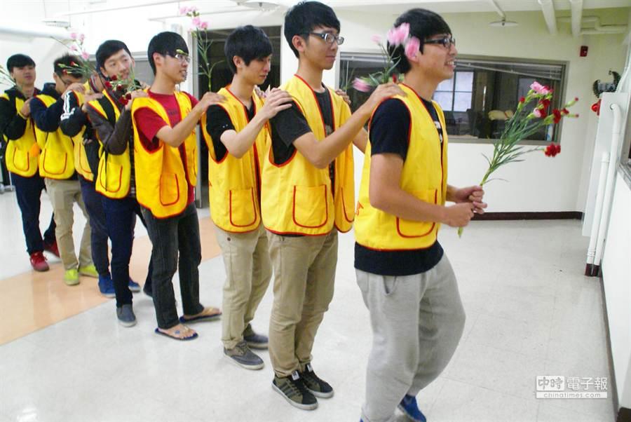 雲林科技大學電機系8個大一男生拿著康乃馨,跳兔子舞進入創世斗六分院安養植物人的房間,打算替小菊媽媽過母親節。(周麗蘭攝)