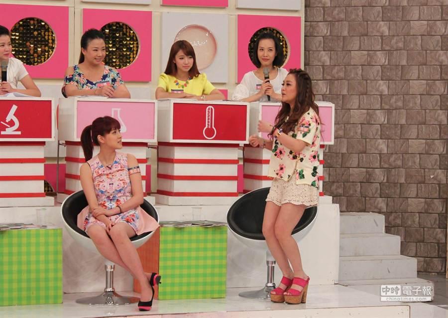 秀琴(右)在節目示範如何在家裸體跳舞。(超視提供)