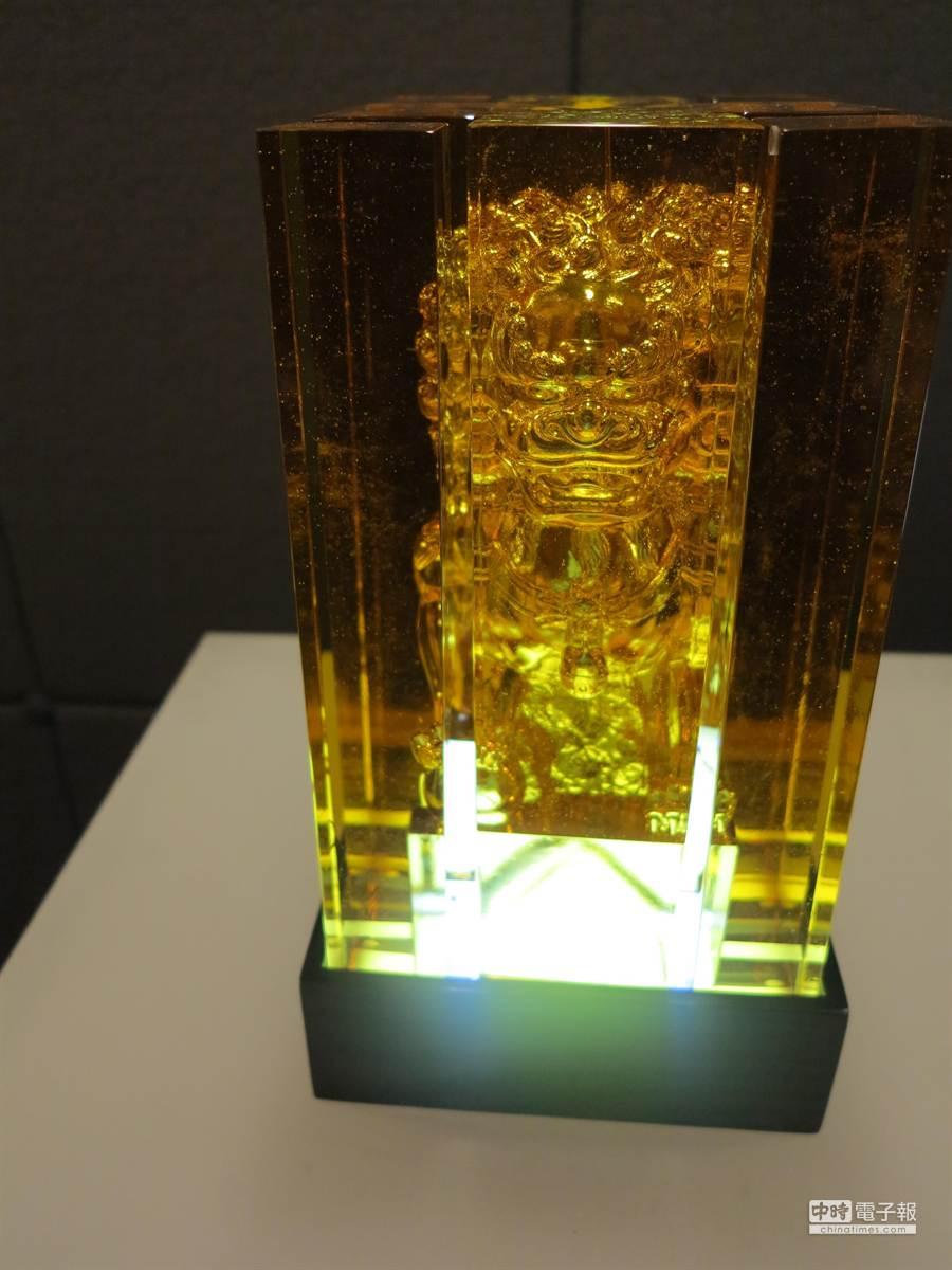 琉園時尚特展合系列之百福盈門之百福獅,由8片琉璃組合而成,難度非常高。(馮景青攝)