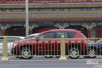 北京長安街護欄換金色 抗撞度增強