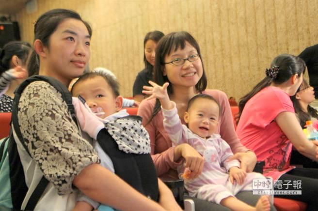府中15的「嬰兒車電影院」9日舉行特映場,吸引許多已經懷孕或是帶著小孩的媽媽到場觀看紀錄片,同時交換「育兒經」。(郭逸攝)