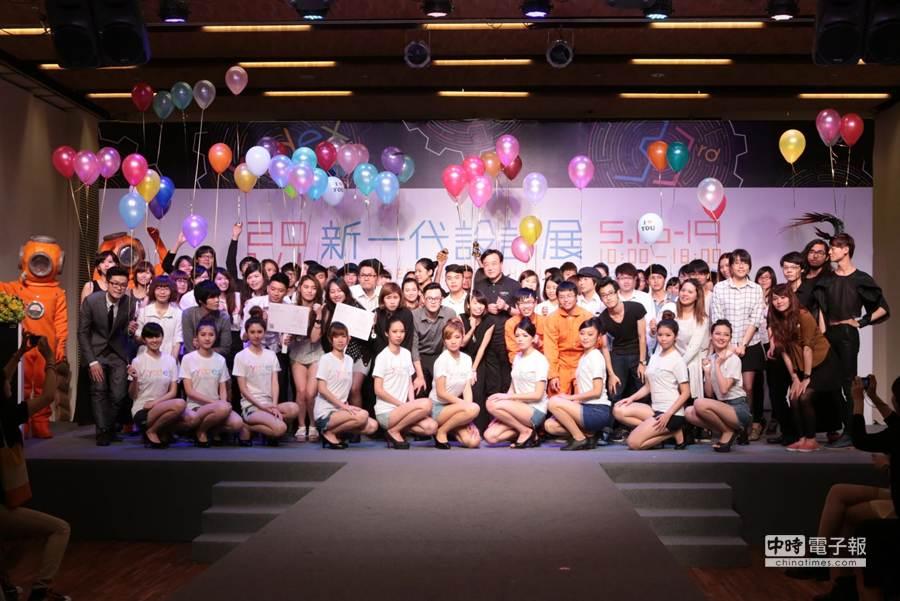 新一代設計展展前記者會,30件作品設計師與走秀模特兒。(台灣創意中心提供)