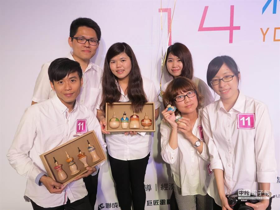 台中科技大學商業設計系6位同學設計的八仙陀螺伴手禮。(馮景青攝)