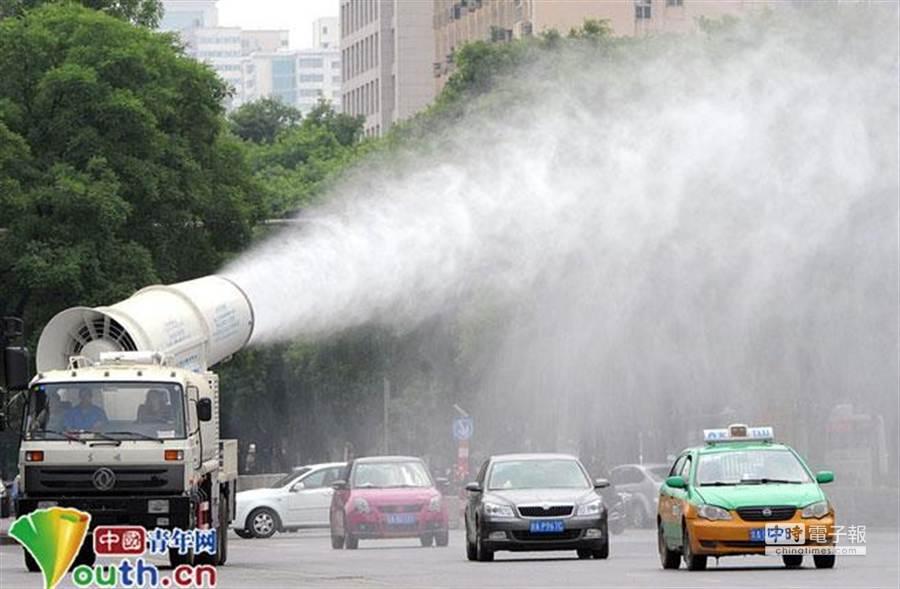 5月9日,西安新城區市容園林局引進一台大型霧炮車,並在街頭測試。(摘自中國青年網)