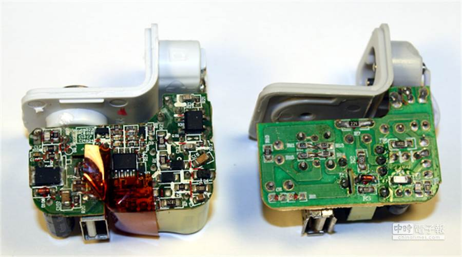 左為原廠、右為仿冒。原廠電路板零件配置複雜,且下方還覆蓋褐色膠帶絕緣,相較之下,仿冒零件稀疏,焊接點更顯粗糙。(圖/摘自Ken Shirriff's部落格)