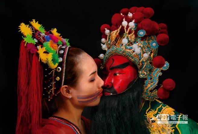 梅丁衍2003年數位輸出《Kiss III》,探索台灣文化與政治認同。(北美館提供)