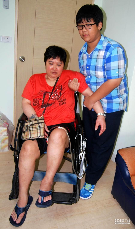 南高雄家扶中心扶助童小柏從7歲開始,每天協助坐輪椅的媽媽洗澡、換尿布、倒尿桶,至今8年。(呂素麗攝)
