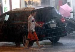 天候不穩下暴雨 撐傘仍淪落湯雞