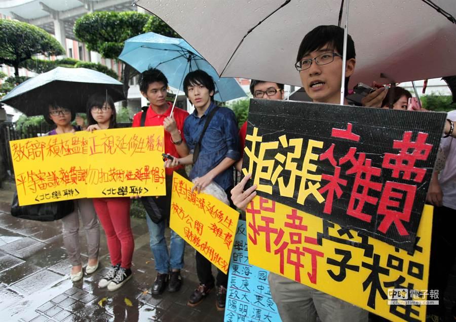 幾位大專學生代表20日前往教育部陳情,反對大學調漲加收延畢生雜費。(王錦河攝)