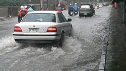 龜山工業區又淹 車如水上行舟